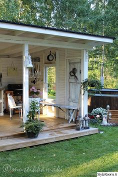 Kiva kesäkeittiö ja palju, mut liian shabby chic! Terassin rakenne hyvä. piharakennus,piha,puutarha