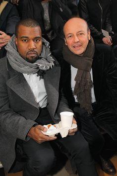 Pin for Later: Kanye West a enfin réussi à sourire !!!!! Champagne !!!!!! Un petit snack pour lui donner le sourire ? Nope