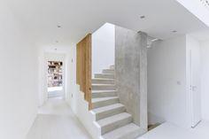 Escalier en béton brut et tasseaux de bois en chêne