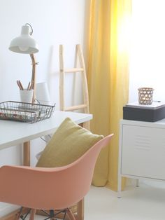 Espaço feminino de trabalho em casa ~ Decoração e Ideias Ikea, Accent Chairs, Furniture, Home Decor, Work Spaces, People, Women's, Workspace Inspiration, Bamboo Lamp