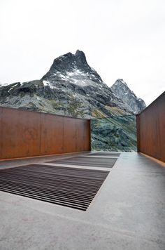 This visitors center in Norway is designed by Reiulf Ramstad Architects, Norway. The architects blended the bilding in to the surrounding nature.