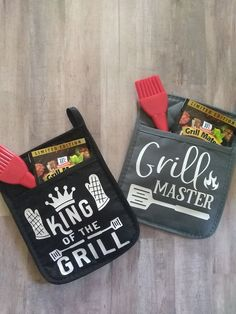 King of the grill pot holder! Father's day gift! Bbq Gifts, Diy Gifts For Dad, Grilling Gifts, Pot Holder Crafts, Pot Holders, Boyfriend Gift Basket, Fathers Day Gift Basket, Vinyl Gifts, Father's Day Diy