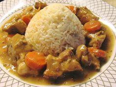 Υλικά!! 1 κιλού κρέας χοίρινο από λαιμό κομμένο σε κύβους 2 κρεμμύδια μεγάλα 2 καρότα 1 σκελίδα σκόρδο 1 κουτί κονσέρβα μανιτάρι 1 πορτοκάλι 2 λεμονιά Λίγο κρασί για το σβήσιμο 2 κουταλιές σούπας κορν φλάουρ! Αλάτι, ρίγανη, πιπέρι,, λάδι για το τσιγάρισμα. Δείτε ακόμη:Χοιρινό Ρολό-Πανσέτα