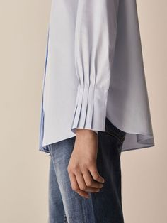 If you want to introduce pleats into your style, the easiest way is to add a shirt with pleated cuffs! You