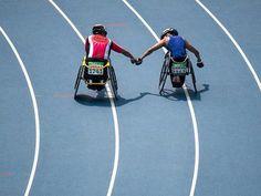 Ehrenrunde. Ehrenrunde: Silbermedaillen-Gewinner Tomoki Sato (l.) und Paralympics-Sieger Raymond Martin feiern nach dem 1500-Meter-Rennen in Rio gemeinsam.