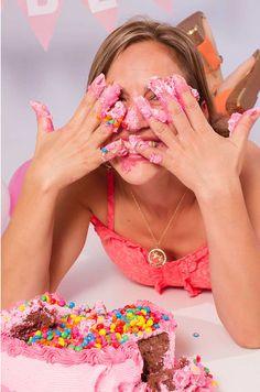Adultos viram criança em ensaio smash the cake | | Dicas de Fotografia | iPhoto Channel  Pode-se dizer que os ensaios smash the cake  uma celebração fotográfica (e lambuzada) do primeiro aninho do bebê  estão consagrados na pauta de serviços de
