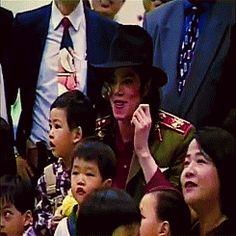 Michael besucht ein Kinderheim in Kaohsiung, Taiwan. 19. Oktober 1996