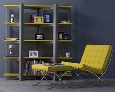 Ambiente moderno: estante e poltrona cinza e amarela.