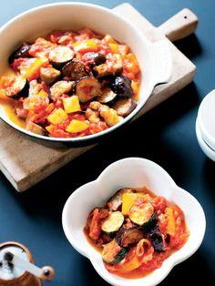 """ラタトゥイユの野菜は、トマトと煮るのではなく、""""トマトソース""""で煮る。生のトマトを加えて野菜を煮ると、全体が水っぽい仕上がりになってしまう。水分を飛ばし、トマトの旨みを煮詰めたトマトソースを作ってから、野菜を煮よう。 『ELLE a table』はおしゃれで簡単なレシピが満載!"""