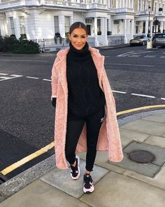 190 Best Outfits for girls images in 2019 Winter Coat Outfits, Winter Fashion Outfits, Chic Outfits, Trendy Outfits, Fall Outfits, Fashion Mode, Look Fashion, Feminine Fashion, Girl Fashion