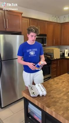 lol he didn't catch any of the marshmallows but caught the egg hahahahaha video by Funny Prank Videos, Super Funny Videos, Funny Short Videos, Funny Pranks, Funny Jokes, Funny Minion, Crazy Funny Memes, Really Funny Memes, Stupid Funny