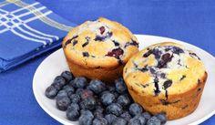 Muffins zijn overheerlijk en niet moeilijk te bakken. Door de toevoeging van de bosbessen (of blauwe bessen) en de yoghurt en zure room blijven deze muffins lekker smeuïg.