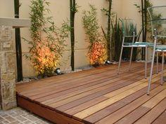 Terraza con Deck decorado en madera y sillas de acero.
