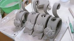 Good Absolutely Free Ceramics projects for beginners Tips Katzen Katzen The post Katzen appeared first on Salzteig Rezepte. Pottery Animals, Ceramic Animals, Clay Animals, Clay Art Projects, Ceramics Projects, Clay Crafts, Hand Built Pottery, Slab Pottery, Ceramic Pottery