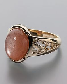 Ring mit Mondstein, Gönnen Sie sich diesen herrlichen Ring! Jetzt online bestellen! Material:  375er Gelbgold, hochglanzpoliert Edelsteine:  Mondstein, apricotfarben oval, im Cabochon geschliffen ca. 11,5 x 8 mm in Zargenfassung  ca. 3,6 ct Maße:  Ringschiene: von ca. 2,6 mm – 7,0 mm im Verlauf Ringkopf: ca. 11,0 mm x 14,0 mm Gewicht:  ca. 4,0 g  #schmuck #sognidoro #sogni #doro #ring #moonstone
