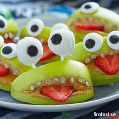 Kul idé till Halloweenfest eller andra kalas! Ett äppelmonster med jordgubbstunga.