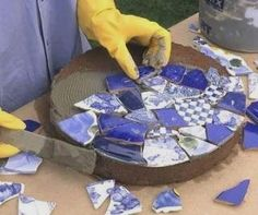Tile-Topped Stepping Stones - - Create a pretty garden path with the help of these handmade stepping stones decorated with pieces of ceramic tiles or plates. Mosaic Garden Art, Mosaic Tile Art, Glass Garden Art, Mosaic Diy, Mosaic Crafts, Mosaic Projects, Mosaic Pots, Stone Mosaic Tile, Concrete Stepping Stones