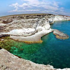 #Тарханкут — популярное #место для #дайверов, #виндсёрферов, #кайтеров и просто любителей попрыгать со #скал в прозрачную чистую воду. #Отдых на Тарханкуте выбирают те, кому надоела #курортная суета крупных курортов и хочется #тишины и #звездного #неба. Тарханкут — #мыс на #западе #Крыма, на одноимённом полуострове. Северо-восточное (#заповедное) #побережье Тарханкута называется #Джангуль, а юго-восточная часть - #Атлеш. Именно на Атлеше больше всего туристов и развлекательной суеты…