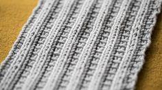 Vain yksi neulomatta nostettu silmukka muuttaa tutun joustinneuleen koristeelliseksi. Kokeile koristejoustinta sukanvarsiin, pipoon tai kuvioi sillä kokonainen vaate.Mallikerrassa on 5 silmukkaa ja 2 kerrosta. Neuleeseen muodostuu pystyraitoja oikeista ja nurjista silmukoista. Nurjien silmukoiden... Knitting Charts, Knitting Patterns, Crotchet, Knit Crochet, Leg Warmers, Mittens, Diy And Crafts, Socks, How To Make