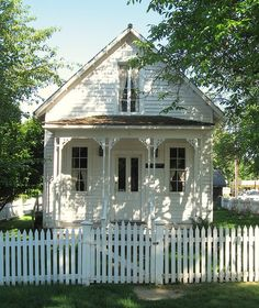 Another similar in design ~~ Sweet little white cottage + white picket fence (cottage inspiration) Style Cottage, Cute Cottage, Cottage Living, Cottage Homes, Cottage Porch, Yellow Cottage, Cottage Exterior, Country Living, Little Cottages