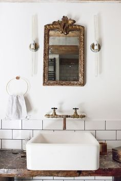 Come check out Antique Vintage Style Bathroom Vanity Inspiration! Dai un'occhiata a Antique Vintage Style Bathroom Vanity Inspiration! Bad Inspiration, Bathroom Inspiration, Brick Studio, Bad Styling, Turbulence Deco, Bathroom Styling, Bathroom Storage, Bathroom Organization, Bathroom Shelves