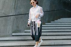 Phong cách sành điệu của người Hàn khi đi xem thời trang - VnExpress Giải Trí