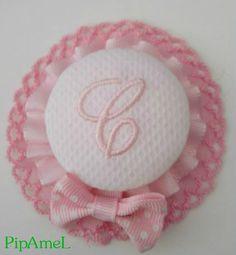 Diadema con inicial en rosa bebe ribeteada en puntilla rosa