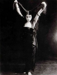 """Theda Bara, the first """"Vamp"""" (femme fatale) in cinema history Classic Hollywood, Old Hollywood, Hong Kong Fashion, Popular Actresses, Classic Actresses, Classic Movies, Silent Film, The Vamps, Perfume Oils"""
