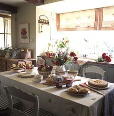 I suppose this really should go on the cottage kitchen pin board, but truthfully, this is the type of homely table that I would like my guests to enjoy in  my cottage. (homely is homey in U.S., don't want an ugly table :)