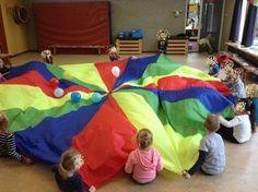 Dit spel is voor de grove motoriek van peuters te ontwikkelen. Ze gooien de parachute omhoog zodat de ballonnen ook omhoog vliegen.