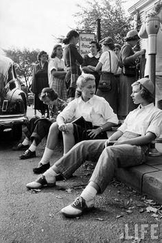 Lisa Larsen, Wellesley College girls gathered outside the Hathaway House Bookshop, 1953