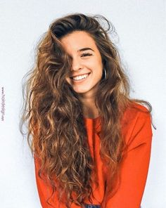 Do you like your wavy hair and do not change it for anything? But it's not always easy to put your curls in value … Need some hairstyle ideas to magnify your wavy hair? Long Curly Hair, Brown Wavy Hair, Brown Hair Girls, Wavy Hair Perm, Messy Curly Hair, Good Hair Day, Brunette Hair, Pretty Hairstyles, Long Brown Hairstyles