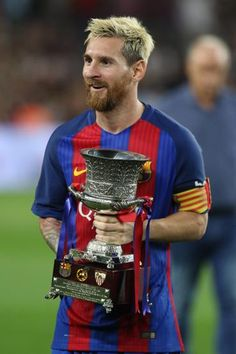 Messi posa con el trofeo.                                                                                                                                                     Más