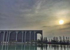 #mondazzoli #mondadori #segrate #milano #milan #milanodavedere #milanomaivista #ig_milan #ig_milano #igersmilano #sunrise_sunsets_aroundworld #sunrise #italy #italia #oscarneimeyer #architecture #architettura by milano_pictures