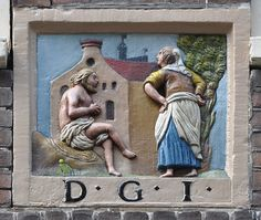 """Langestraat 30, Amsterdam  In 1649 koopt Sybrand Geurtsz, van beroep korenmeter, het pand in de Langestraat. Tien jaar eerder was hij getrouwd met Trijntje Baukes, afkomstig uit Harlingen. In het archief van het Korenmetersgilde wordt in 1636 Sybrand Geurtsz genoemd, met achter zijn naam de toevoeging """"Goe Jop"""". Deze toevoeging achter de naam van een gildebroeder komt vaker voor. De juiste betekenis is (nog) niet bekend maar zal te maken hebben met de rangorde in het gilde. Er waren bijv…"""