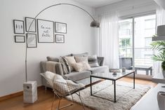 No budget to increase your interior space? No problem – these tricks can make your small living room look bigger without turning it into a cluttered mess. Living Pequeños, Tiny Living Rooms, Living Room Designs, Living Room Decor, Apartment Interior Design, Decoration, Room Inspiration, Home Decor, Google