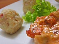 1/2 kg starog kruha     deblja šnita dimljene mesnate slanine ili pancete     1 manji luk     2,5 dl vrućeg mlijeka     10-tak žlica brašna     7-8 žlica krušnih mrvica     1 jaje     žlica peršinovog lišća     vegeta, sol, papar  Priprema:      Kruh narezati na kockice i zaliti ga vrućim mlijekom. Promiješati vilicom i pustiti da odstoji i da omekša.     Na malo ulja popržiti sitno sjeckan luk i jako sitno narezanu slaninu ili pancetu.     Primješati namočenom kruhu prženi luk i slaninu…