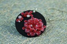 Čierny totem s červeným brekeke