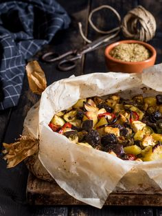"""Verdure al cartoccio """"alla greca"""" - ricetta vegetariana con feta e olive"""