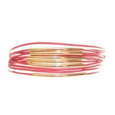 Bracelet multi tours 13E61 #Friendship #Bracelet Bracelet en synthétique multi-rangs orné de petites baguettes en métal doré Taille réglable Matière : SYNTHETIQUE / METAL DORE 16.50€