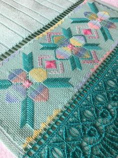 Punto recto. - Crochetfornovices.com Bargello Needlepoint, Knot Blanket, Blanket Stitch, Bordados Tambour, Lace Dream Catchers, Fabric Bracelets, Hand Embroidery Flowers, Hardanger Embroidery, Cross Stitch Borders