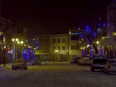 Centre-ville bleu à Rouyn-Noranda — Dans le cadre de CULTURAT la société de développement commerciale du centre-ville de Rouyn-Noranda adhère au mouvement en installant des lumières dans les arbres du centre-ville. Des anneaux et des lumières bleues ornent présentement la rue Principale et l'avenue Perreault. De plus afin de vraiment créer un effet, quelques ampoules des lampadaires déjà en place ont étés éteintes pour laisser place à une dominance de bleue.