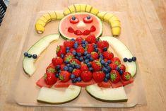 Sådan skal den færdige kagemand af frugt se ud. Med hoved og krop af vandmelon, hår af tre bananer, kjole af jordbær og blåbær, mens arme og ben er lavet af frøskindsmelon. Foto: Madensverden.dk. Ben, Fruit Recipes, Healthy Snacks, Kid Snacks, Food Art, Watermelon, Sweet Tooth, Brunch, Food And Drink