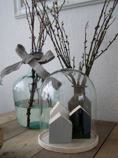 decoratie: glazen stolp met kleine houten huisjes -  decoration: cloche with little wooden houses
