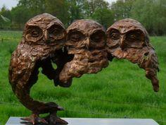 Vicini-dicht bij elkaar is een bronzen beeld van drie jonge bosuilen.| bronzen beelden en tuinbeelden van Jeanette Jansen |