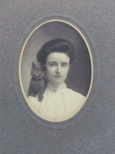 Vintage Cabinet Card Photo Attractive Young Woman With Kitten Cat On Shoulder Vintage Pictures, Old Pictures, Old Photos, Art Nouveau, Belle Epoque, Crazy Cat Lady, Crazy Cats, Fancy Cats, Old Photography