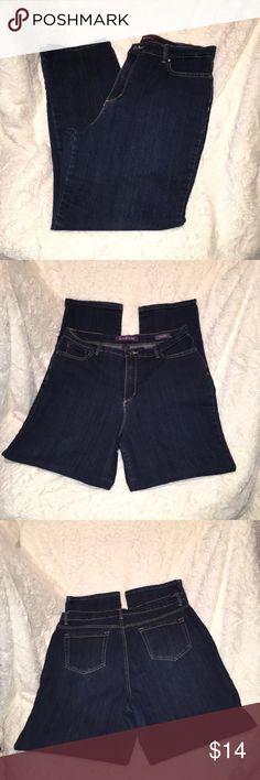 "Gloria Vanderbilt AMANDA Jeans Gloria Vanderbilt AMANDA Jeans. EUC ""excellent used condition"" the item is like new, with little or no wear and tear. Gloria Vanderbilt Jeans Straight Leg"