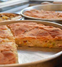 Πριν μερικά χρόνια, η πίτα «έξω» ήταν σχεδόν αποκλειστικά με έτοιμη σφολιάτα και ύποπτα λίπη. Τώρα, τα νέα πιτάδικα νοσταλγούν το φύλλο της γιαγιάς, ξεθάβουν από τη σκόνη τις συνταγές της και πιάνουν τον πλάστη! Γιατί το φύλλο κάνει την πίτα! Cyprus Food, Pasta, Spanakopita, Cake Cookies, Apple Pie, Quiche, Breakfast, Ethnic Recipes, Desserts