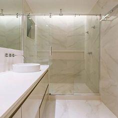 No piso ou na parede, o Bianco Covelano sabe como trazer sofisticação ao ambiente. Neste banheiro, projetado pela @stiloarquitetura, tudo foi revestido com esse mármore de superfície suave e desenho que encanta!  Nós amamos! ♥  #portobello_sa #portobellolovers #BiancoCovelano #portobello_marmores #decor #decoraçao #home #porcelanato #projetosreais