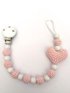 Speenkoord hart Crochet Pacifier Clip, Crochet Baby Toys, Baby Girl Crochet, Crochet For Kids, Sewing For Kids, Baby Knitting, Crochet Cord, Diy Crochet, Diy Baby Gifts